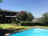 piscina rectangular y casa